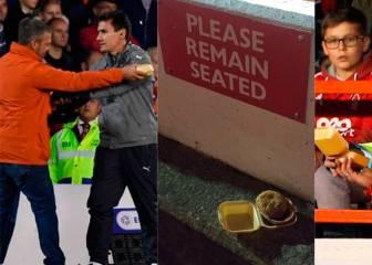 A Wenger le ofrecieron un pastel de carne en pleno partido