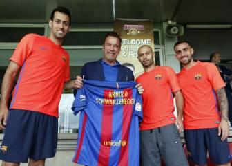 ¡Qué fuerte!: Schwarzenegger, en el entrenamiento del Barça