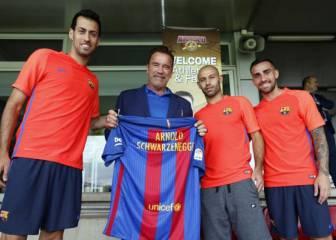Arnold Schwarzenegger visita a la primera plantilla del Barça