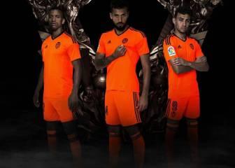 El Valencia presenta su equipación naranja para la Copa