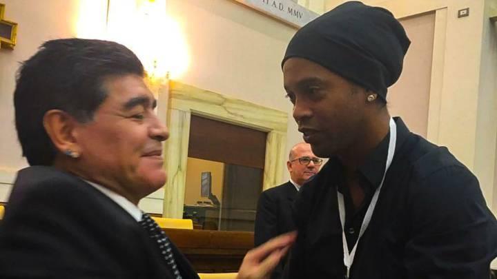 Así fue el reencuentro entre Ronaldinho y Maradona