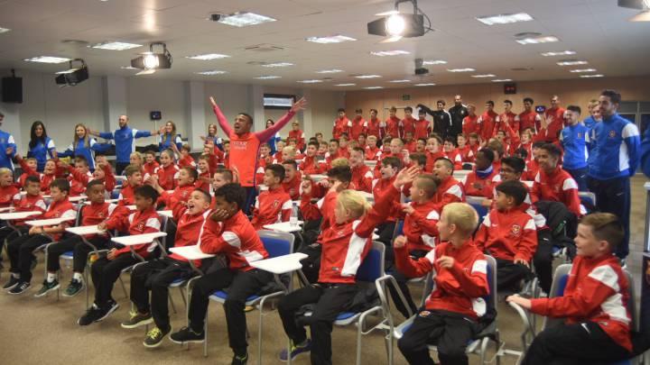 Rafinha saludó a centenar de niños norteamericanos de ISL