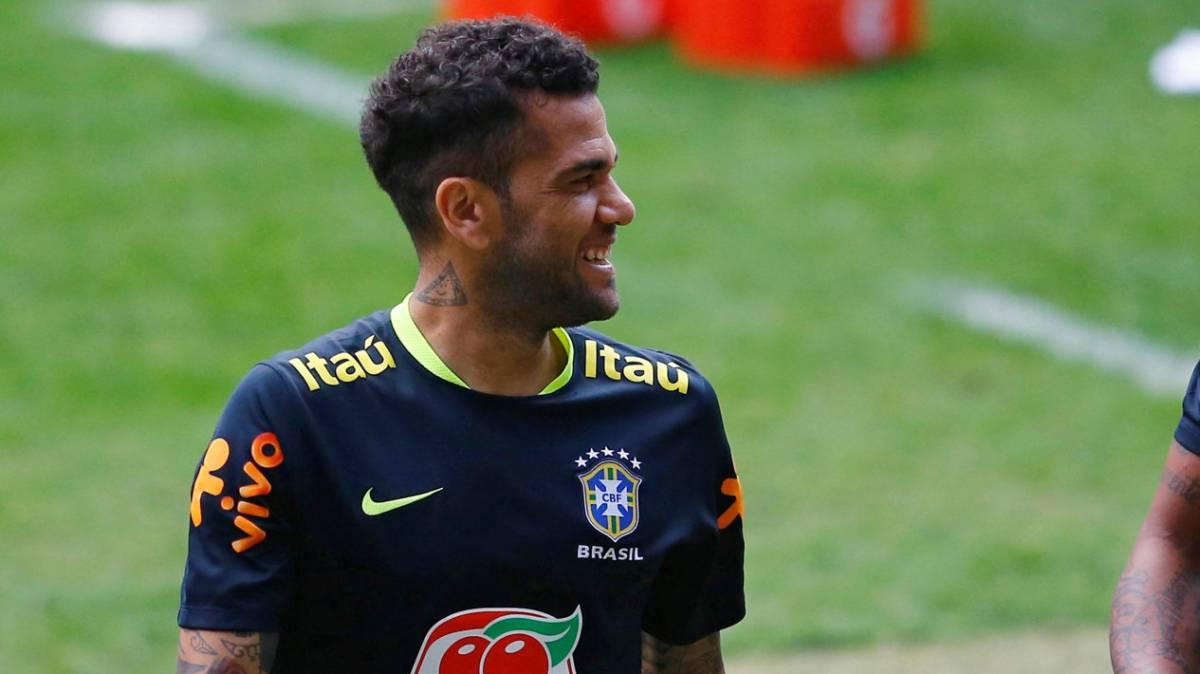 Dani Alves fue confirmado como capitán de Brasil para los duelos