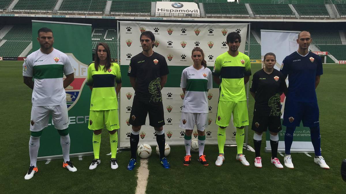 Varios jugadores y jugadoras del Elche posan con las nuevas camisetas en la  presentación de las 3e9cbc5d46f0e