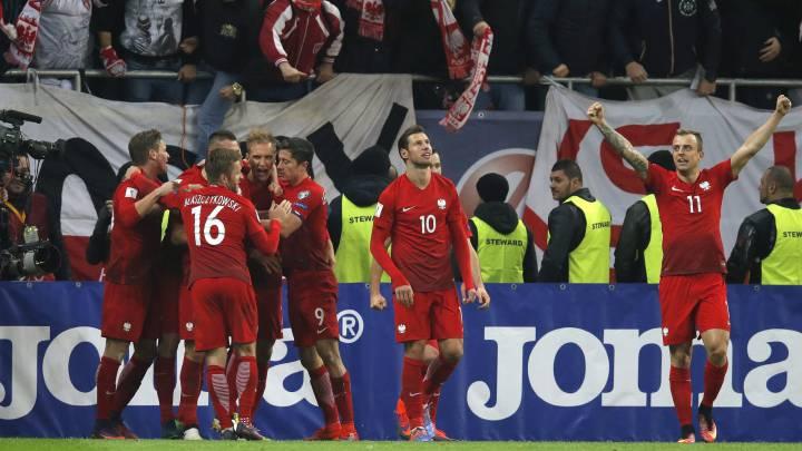 Los jugadores de Polonia celebran uno de los goles ante Rumanía.
