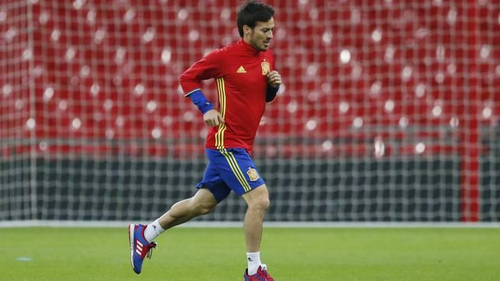 David Silva entrenando con la Selección en Wembley. El canario viste pantalón azul y camiseta roja.