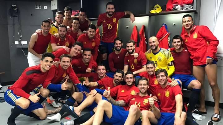 La selección española posa en el vestuario tras empatar ante Inglaterra en Wembley.