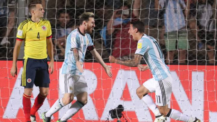 Messi celebra con Di Maria el gol de jugador del PSG ante Colombia