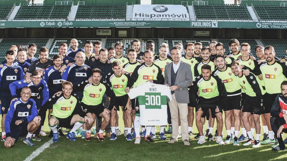 Nino, en el homenaje por sus 300 partidos co el Elche, con compa?eros, técnicos y presidente.