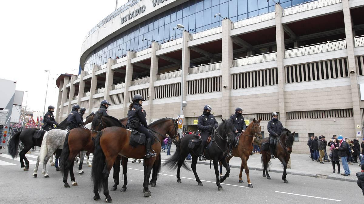 Policías a caballo que forman parte de los 900 efectivos de seguridad para el derbi.