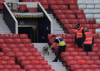 Dos fans sin entrada durmieron en los lavabos de Old Trafford