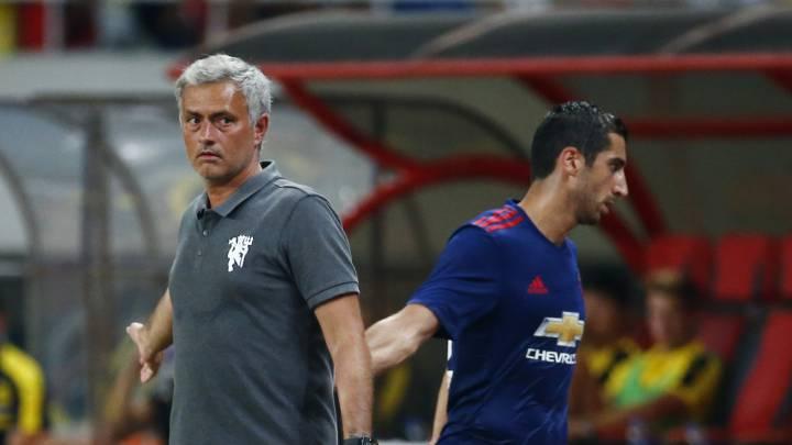 Mourinho y Mkhitaryan se saludan.