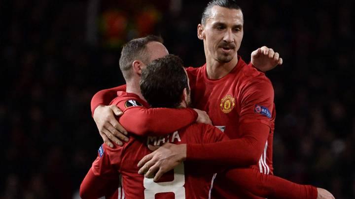Juan Mata, Wayne Rooney y Zlatan Ibrahimovic celebran uno de los goles en Old Trafford del Manchester United 4-0 Feyenoord de la Europa League.