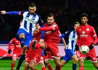 El Hertha Berlín se pone tercero, el Schalke remonta