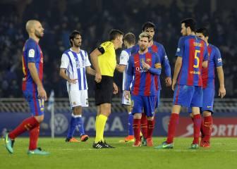 Gil Manzano sostiene al Barça