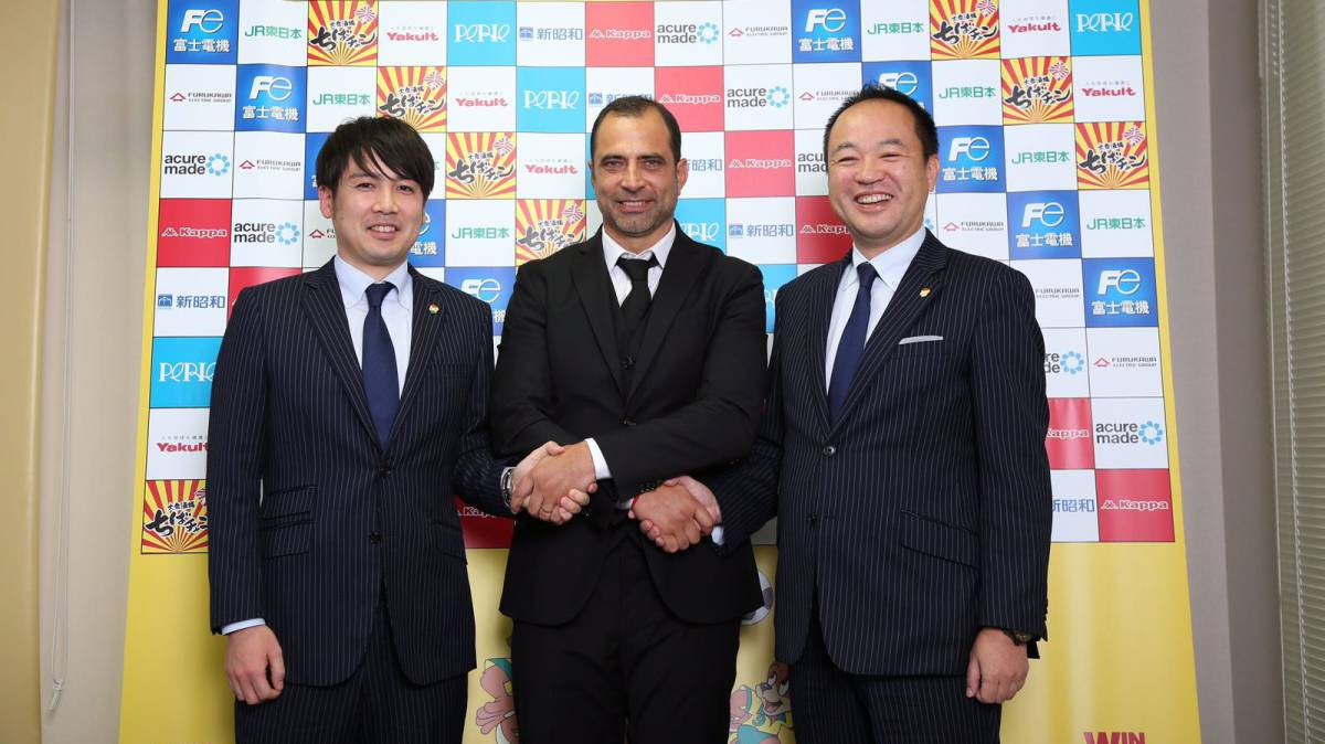 Esnáider, con los directivos del Jef United japonés.