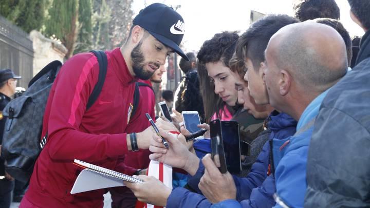 Yannick Carrasco firma autógrafos a los aficionados congregados a las puertas del hotel donde el Atlético de Madrid se alojará en Salamanca.