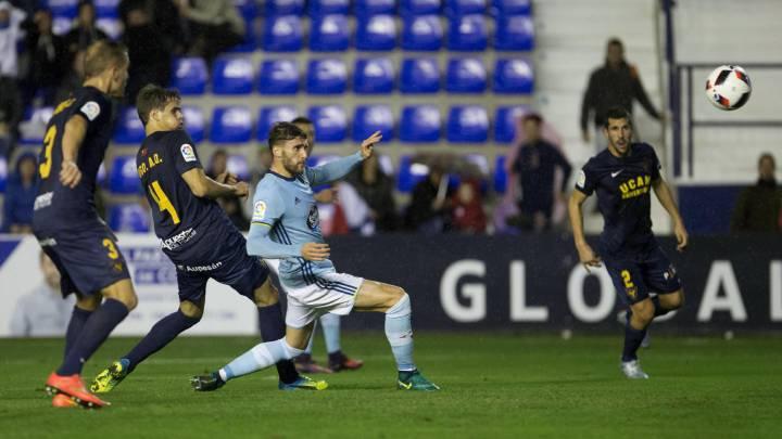 El defenasa del Celta de Vigo Sergi Gómez dispara a puerta junto Hugo Álvarez y Góngora, de UCAM Murcia, durante el partido de ida de los dieciseisavos de final de la Copa del Rey que se juega esta noche en el estadio de la Condomina, en Murcia.
