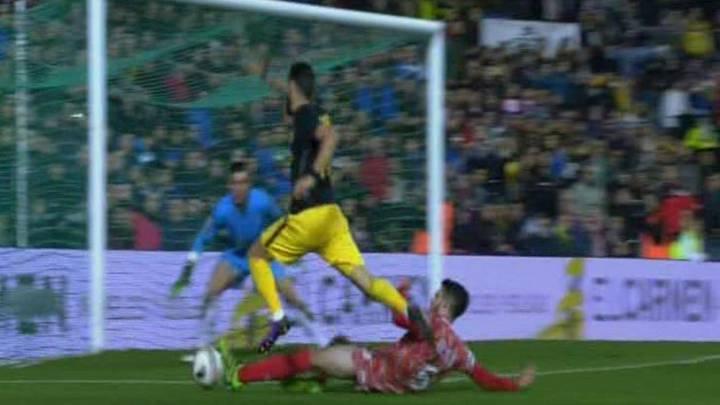 El Atlético se adelantó tras un polémico penalti sobre Carrasco