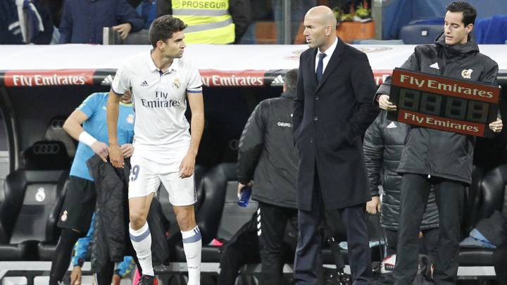 Enzo Zidane, con su padre, Zinedine Zidane, entrenador del Real Madrid, a punto de debutar en partido oficial, contra la Cultural Leonesa, en Copa del Rey y en el Santiago Bernabéu.