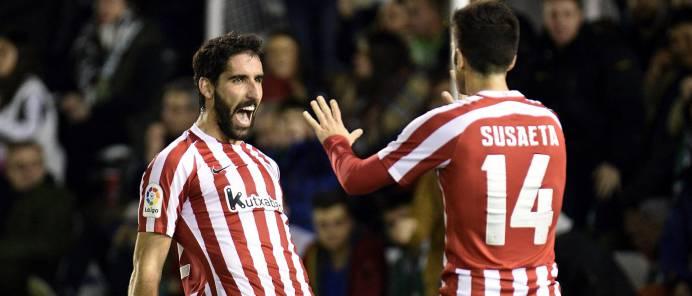 Raul García celebra un gol con Susaeta