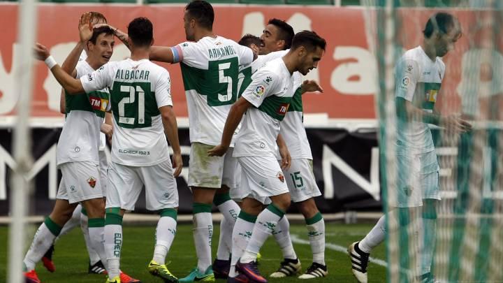 Los jugadores del Elche celebran el gol de Guillermo en su partido ante el Mallorca.