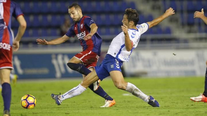Aitor Sanz adelantó al Tenerife en el minuto 5, pero el delantero vasco empató en el minuto 85. Herrera salvó al Huesca en un claro mano a mano con Suso.