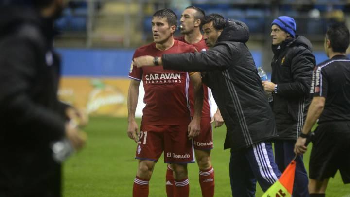 Raúl Agné da indicaciones a sus jugadores durante el partido en Cádiz.