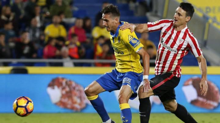 Hélder Lopes protege el balón ante Aduriz.