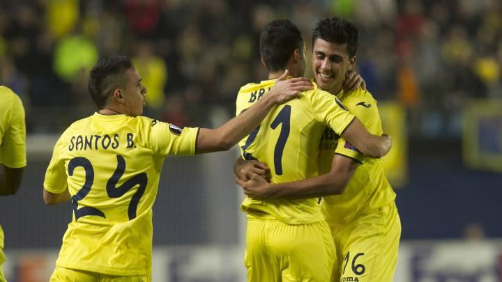 Los jugadores del Villarreal celebran un gol en la UEFA Europa League.