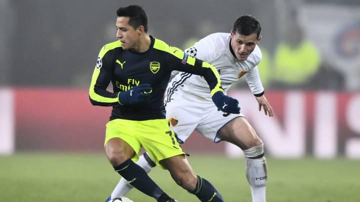 Alexis ante Taulant Xhaka en su partido contra el Basilea.