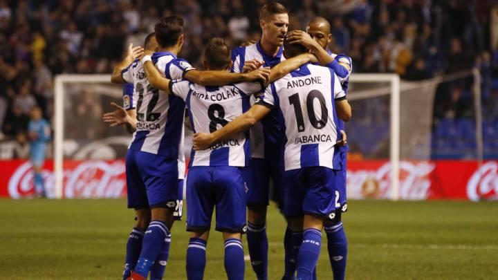 Piña de jugadores durante el Deportivo vs Real Sociedad