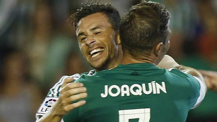 Ruben Castro celebra un gol con Joaquín durante el Betis vs Real Sociedad de la temporada 2015/2016