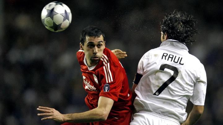 Álvaro Arbeloa, con la camiseta del Liverpool durante un partido contra el Real Madrid.