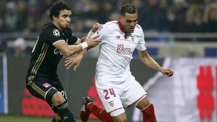 Mercado, defensa argentino del Sevilla, y Rafael, jugador del Olympique de Lyon, durante el último partido de la fase de grupos de la Champions League.