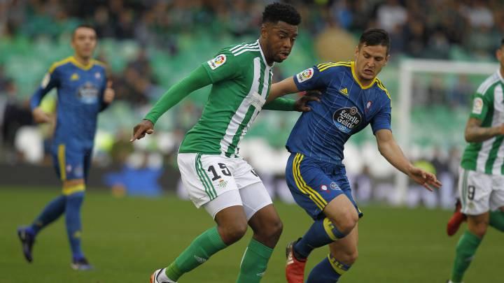 Ryan Donk protege un balón de Radoja en el partido entre el Betis y el Celta.