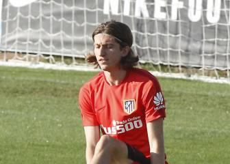 Filipe Luis ya esprinta sobre el césped y Torres se retira