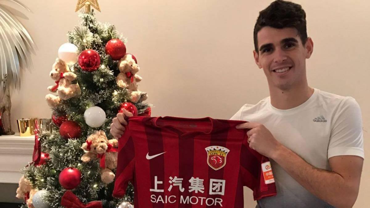 50c7a4e617949 Óscar posa con la camiseta del Shanghai SIPG.