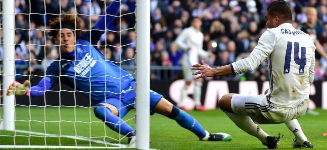 El centrocampista brasileño Casemiro, metiendo el quinto gol del Real Madrid 5-0 Granada, partido de LaLiga Santander disputado en el Santiago Bernabéu.