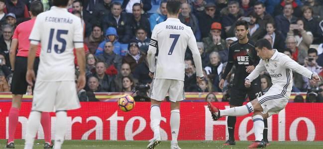 El colombiano James Rodríguez, asistiendo en el quinto gol del Real Madrid 5-0 Granada, partido de LaLiga Santander disputado en el Santiago Bernabéu.