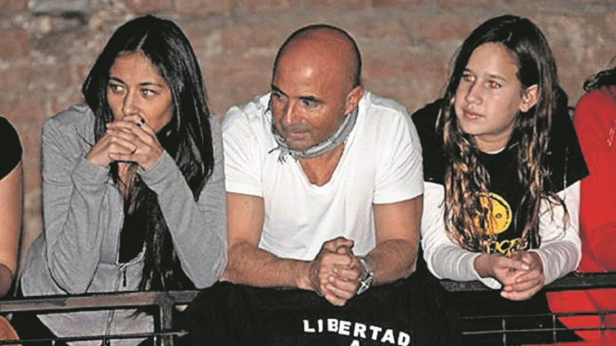 Sampaoli apoyando al grupo de rock argentino 'Callejeros'.