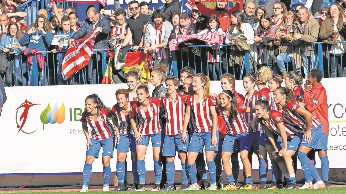 Las chicas del Atlético celebraron con su afición en el Calderón la victoria ante el Barcelona.