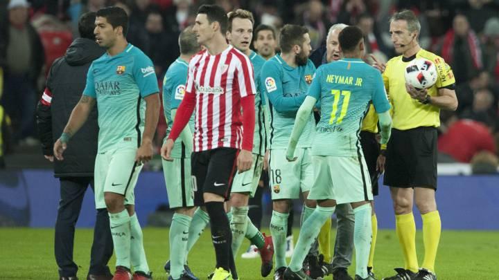 Los jugadores del FC Barcelona protestan al árbitro Fernández Borbalán en el partido de Copa del Rey con el Athletic, disputado en el estadio Nuevo San Mamés.