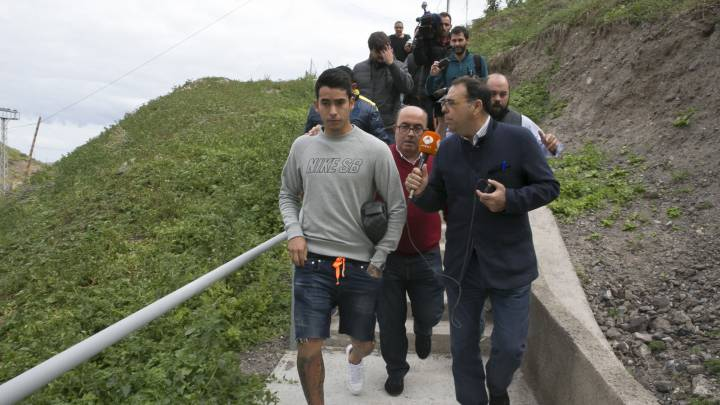 Sergio Araujo, jugador de Las Palmas, rodeado por la Prensa tras dar positivo en otro control de alcoholemia.