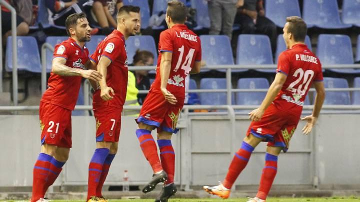 Los jugadores del Numancia celebran un gol.