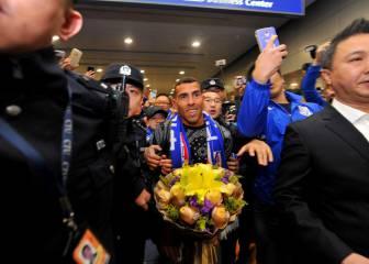 Locura por Carlos Tévez en su llegada a China