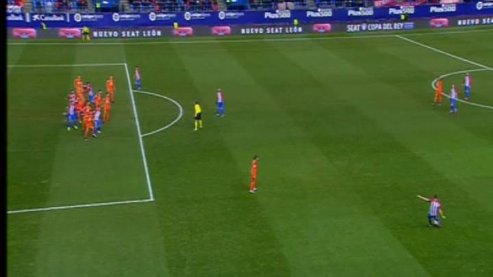 El Atlético se quejó del gol anulado y de un penalti no pitado
