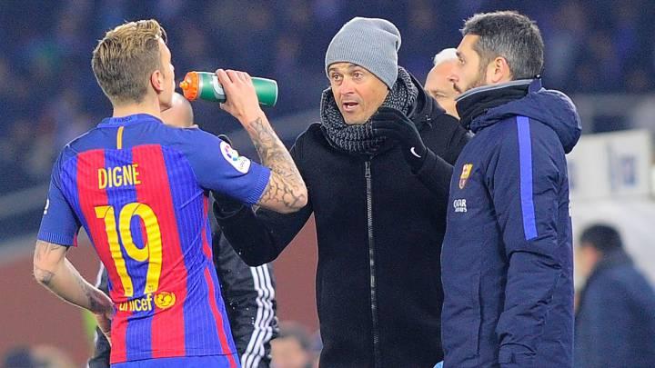 Luis Enrique charla con Digne durante el partido ante la Real Sociedad.
