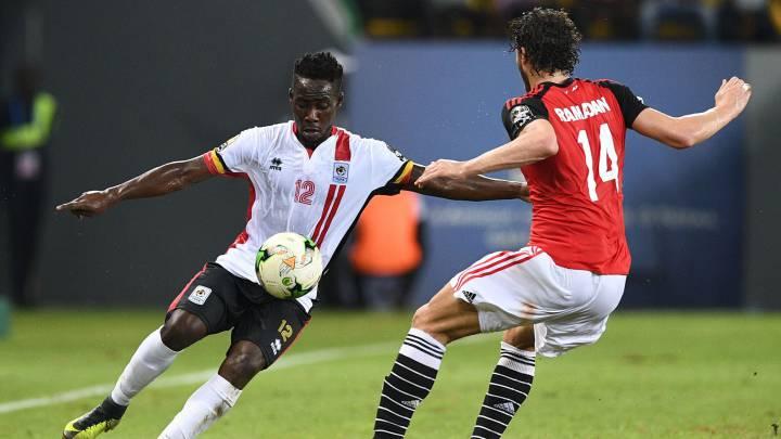 Denis Iguma y Ramadan Sobhi durante el Egipto-Uganda de la Copa África 2017.