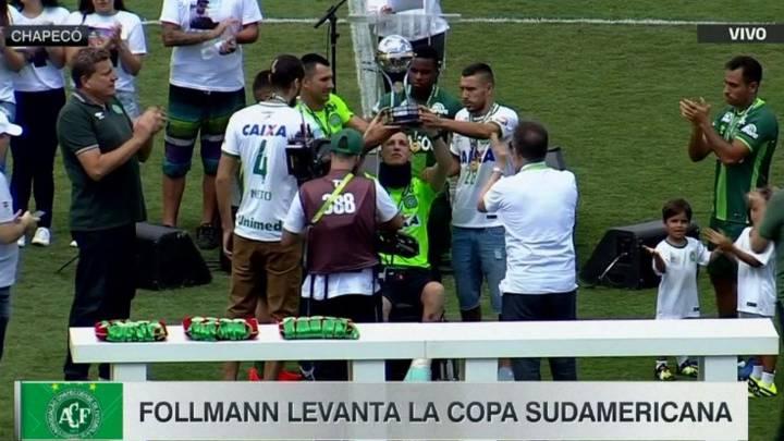 Follmann, portero del Chapecoense, levanta la Copa Sudamericana.